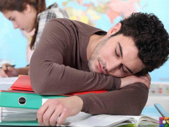 dosyaların üstünde uyuyan adam Narkolepsi Nedir? Belirtileri Nelerdir? Nasıl Tedavi Edilir?