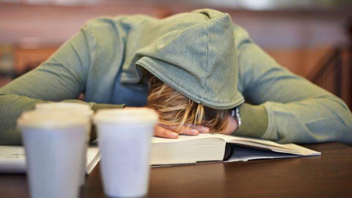 uyuyan kadın Narkolepsi Nedir? Belirtileri Nelerdir? Nasıl Tedavi Edilir?